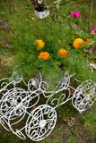 La flor en el soporte original de la maceta en un carro con rueda adentro Foto de archivo