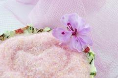 La flor rosada con la sal de baño rosada en decoupage adornó el cuenco encendido Imágenes de archivo libres de regalías