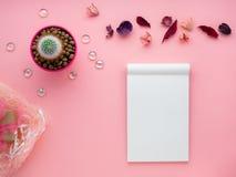 La flor suculenta, libreta, seca las hojas y la caja de regalo en el fondo rosado brillante, visión superior, espacio de la copia imagen de archivo libre de regalías