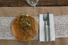 La flora arregló en la placa con los cubiertos y la servilleta Foto de archivo