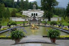 La flora y los Cupids de la fuente en el Linderhof se escudan Imagenes de archivo
