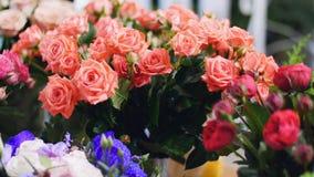La floristería, en la demostración-ventana allí es muchos ramos de flores de rosas pión-formadas, metrajes