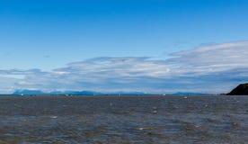 La flotta di color salmone e le offerte della rete da imbrocco ancorate in Bristol Bay fuori da Clarks indicano un giorno ventoso fotografia stock libera da diritti
