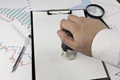 La foglia, la cartella, la mano, la penna e la stampa di Chitzy si contraggono fotografia stock