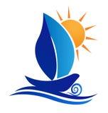 Disegno creativo di logo della foglia e del sole della barca Fotografia Stock