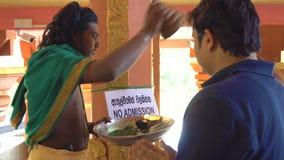 La foi et croit Person Blessing People indou religieux, Sri Lanka - 10 février 2017 banque de vidéos