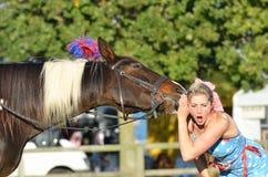 La foire équestre d'East Anglia a choqué la fille écoutant le cheval parlant Image stock