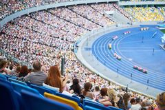 La folla allo stadio sta sedendo ascoltare il congresso fotografia stock libera da diritti