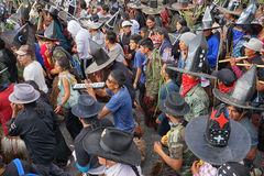 La folla cammina la via alla celebrazione di Inti Raymi in Cotacachi Immagini Stock Libere da Diritti