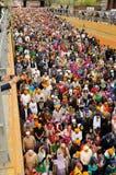 La folla dei patiti sikh partecipa alla processione di Baisakhi, alta POV Immagini Stock
