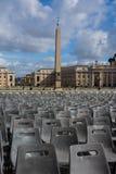 La folla dell'obelisco del Vaticano presiede il paesaggio urbano Roma Italia Fotografia Stock