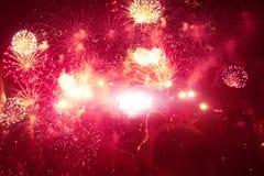 La folla della gente al concerto gode di di musica e del fuoco d'artificio Fotografia Stock Libera da Diritti