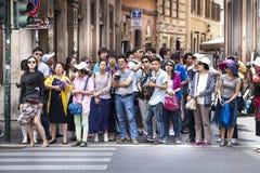La folla della gente asiatica si ferma sulla via Immagini Stock