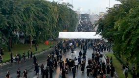 La folla della gente ha camminato attraverso il ponte di Somdet Phra Pinklao a forza archivi video