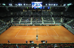 La folla della gente nella corte di sport durante il tennis abbina Fotografia Stock Libera da Diritti