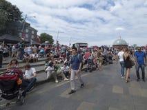 La folla della gente si avvicina al tagliatore di Sark del Cutty, Greenwich Village Londra Immagini Stock Libere da Diritti