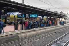 La folla della gente sta aspettando il treno seguente sul binario in Uelzen fotografia stock libera da diritti