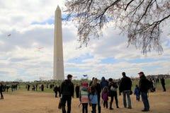 La folla di primo mattino si è riunita vicino a Washington Monument, Washington, DC, 2015 Immagini Stock