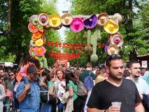 La folla enorme assiste al festival dell'alimento della via fotografia stock libera da diritti