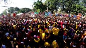 La folla enorme dei patiti cattolici converge per aderire la processione del nazareno nero archivi video