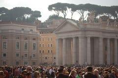 La folla fedele nel quadrato di St Peter Immagini Stock Libere da Diritti
