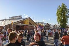 La folla fra alimento tradizionale si blocca a Oktoberfest, Stuttgart Fotografie Stock