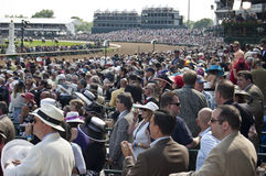 La folla guarda la corsa di Kentucky Derby Fotografie Stock