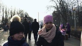 La folla ha un resto in un Central Park durante la festa religiosa orientale Maslenitsa dello slavo in Bobruisk, Bielorussia 03 0 stock footage