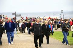 La folla lascia John O'Groats dopo l'evento Fotografia Stock