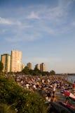 La folla multiculturale si riunisce al tramonto sulla baia inglese, Vancouver Fotografia Stock