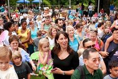 La folla si riunisce per osservare il rilascio delle farfalle al festival dell'estate Fotografia Stock Libera da Diritti