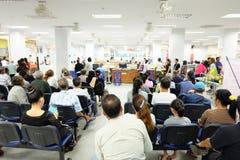 La folla sta aspettando nell'ospedale asiatico fotografie stock