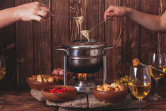 La 'fondue' de queso Imágenes de archivo libres de regalías