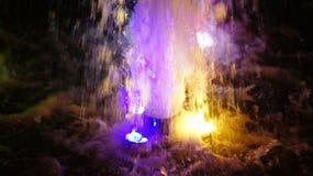 La fontaine, allumée par les lumières multicolores Photo stock