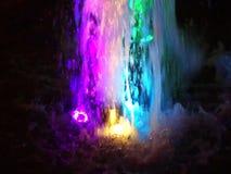 La fontaine, allumée par les lumières multicolores banque de vidéos