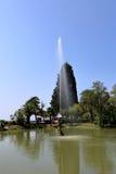 La fontaine au centre de l'étang images stock