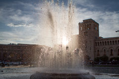 La fontaine avec le soleil s'allume dans le squre Arménie de République Photographie stock libre de droits