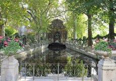La fontaine baroque romantique de Medici a conçu au siècle XVII tôt aux jardins du Luxembourg paris france image libre de droits