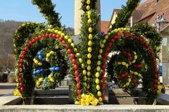 La fontaine a décoré des oeufs de pâques Image stock