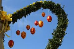 La fontaine a décoré des oeufs de pâques Photo libre de droits