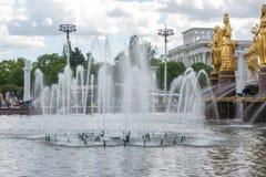 La fontaine d'amitié de peuples dans l'exposition des accomplissements de l'économie nationale Photo libre de droits