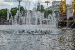 La fontaine d'amitié de peuples dans l'exposition des accomplissements de l'économie nationale VDNKh Image libre de droits