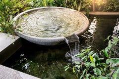 La fontaine d'eau de forme de cercle et l'eau tombent dans le jardin ou le parc Images libres de droits