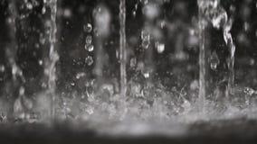 La fontaine d'eau laisse tomber l'éclaboussement dans le mouvement lent clips vidéos