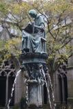 La fontaine dans le jardin Photo stock