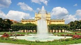 La fontaine dans le pavillon avant d'art à Zagreb banque de vidéos