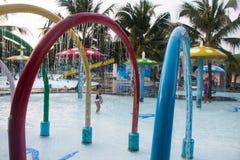 La fontaine de éclaboussement dans le parc aquatique image libre de droits