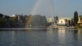 La fontaine de flottement voyagent en jet sur le lac Jeziorak dans Ilawa banque de vidéos