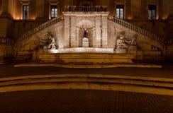 La fontaine de la déesse Roma par nuit Photographie stock