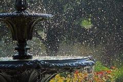 La fontaine de parc éclabousse Photos stock
